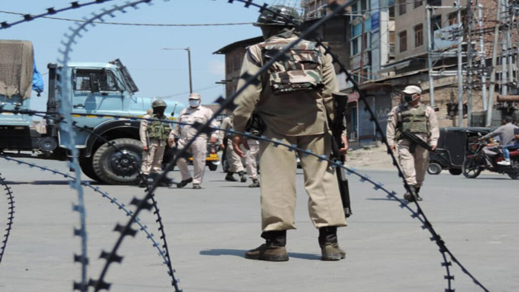Central Govt orders withdrawal of 10,000 troops from J&K
